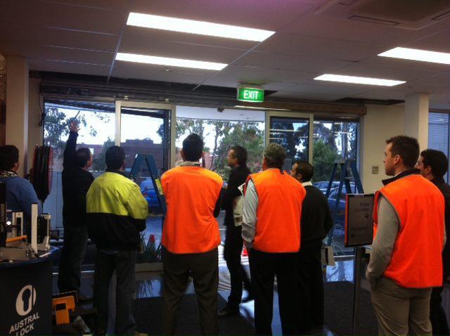 シドニー市内の施設への施工。 施工代理店諸氏に取り付けの説明を行っています。